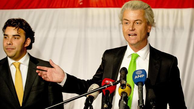 Le chef de file populiste du parti pour la liberté neerlandais (PVV) Geert Wilders (droite), le 19 mars 2014 à la Haye, aux côtés du candidat du parti à La Haye, Leon de Jong (gauche) [Robin Utrecht / ANP/AFP/Archives]