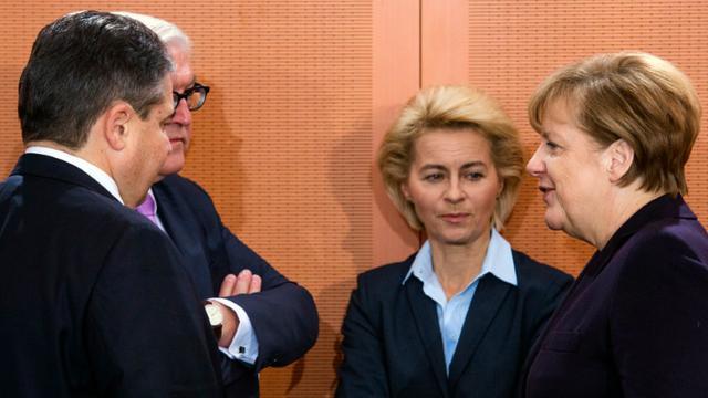 De gauche à droite, le vice-chancelier allemand, le ministre de l'économie Sigmar Gabriel, le ministre des Affaires étrangères Frank-Walter Steinmeier, la ministre de la Défense Ursula von der Leyen et la chancelière Angela Merkel avant un conseil des ministres à Berlin le 1er décembre 2015 [JOHN MACDOUGALL / AFP]