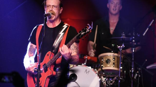 Le chanteur Jesse Hughes (g) et Josh Homme du groupe Eagles of Death Metal au Teragram Ballroom à Los Angeles le 19 octobre 2015 [KEVIN WINTER / GETTY IMAGES NORTH AMERICA/AFP/Archives]