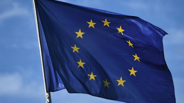 Drapeau européen flottant devant la Commission européenne à Bruxelles, Belgique, le 14 mars 2018 [EMMANUEL DUNAND / AFP]