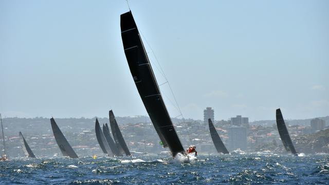Des concurrents de la course à la voile Sydney-Hobart lors du départ le 26 décembre 2018. [PETER PARKS / AFP]