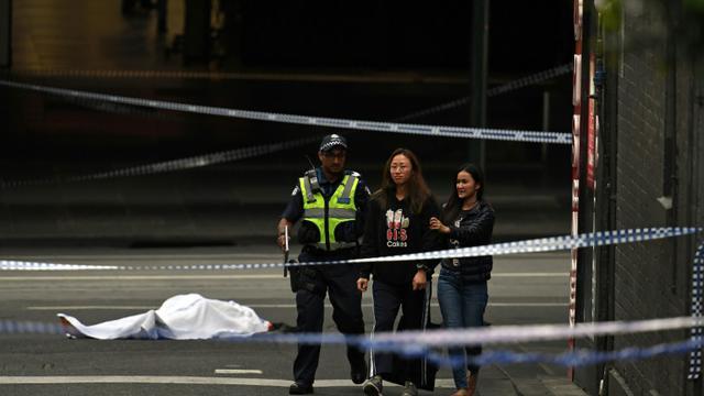 La police évacue des personnes des lieux d'une attaque au couteau à Melbourne, le 9 novembre 2018 [WILLIAM WEST / AFP]