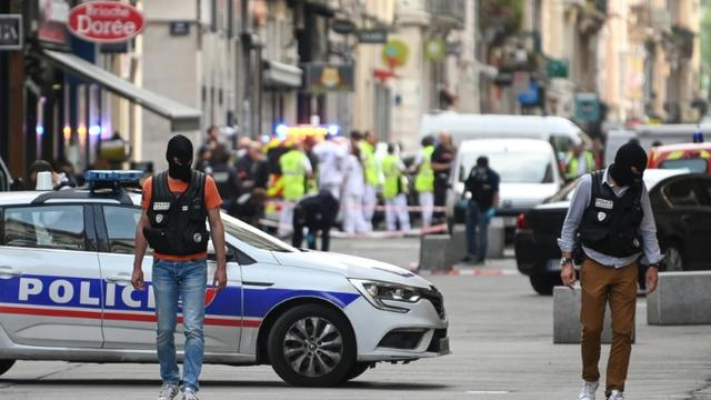 """Des policiers sécurisent un périmètre devant """"La Brioche dorée"""" après l'explosion d'un colis piégé dans une rue piétonne de Lyon, le 24 mai 2019 [PHILIPPE DESMAZES / AFP]"""