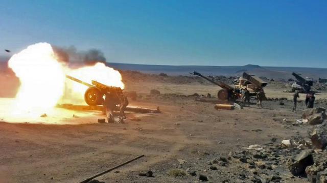 Photo fournie par l'agence syrienne Sana le 5 septembre 2018 de l'artillerie syrienne tirant sur des positions du groupe Etat islamique dans la province de Soueida [- / SANA/AFP/Archives]