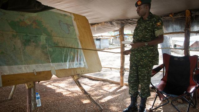 Un soldat de l'UPDF, l'armée ougandaise engagée dans la lutte contre la guerilla de la LRA, montre une carte à la base militaire de Kocho en Centrafrique, le 24 juin 2014  [Michele Sibiloni / AFP/Archives]