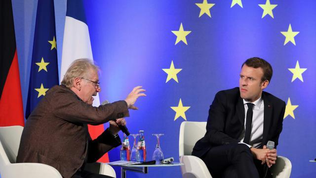 Daniel Cohn-Bendit (g) et Emmanuel Macron (d) lors d'un débat à Francfort, le 10 octobre 2017 [LUDOVIC MARIN / AFP/Archives]