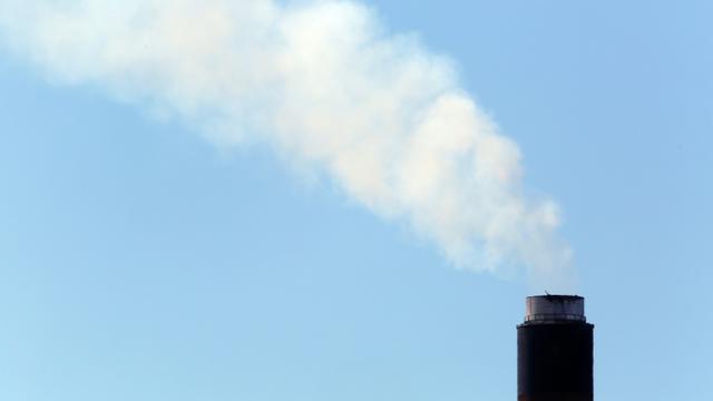 """La France n'a pas tenu ses objectifs d'émissions de gaz à effet de serre en 2016, selon le premier bilan provisoire publié lundi par le ministère de la Transition écologique, des résultats qui """"appellent à une réaction"""", indique le ministère. [GEOFF CADDICK / AFP/Archives]"""