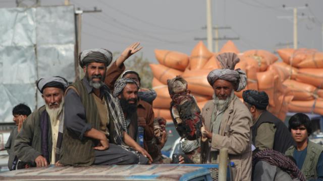 Des Afghans portent le corps d'un bébé tué dans une frappe aérienne à Kunduz, en Afghanistan, le 3 novembre 2016 [BASHIR KHAN SAFI / AFP]