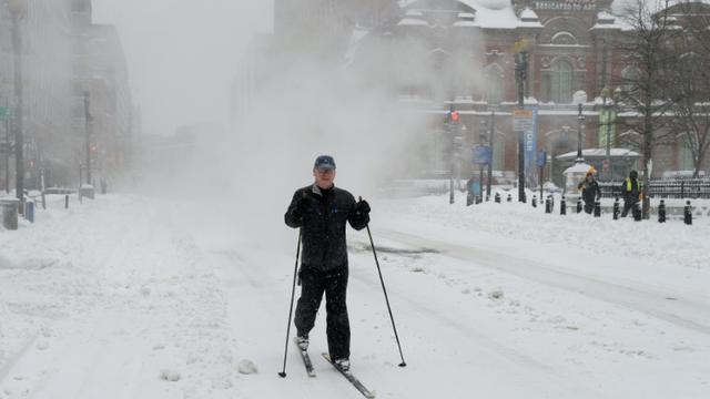 """Un skieur profite des abondantes chutes de neige causées par la tempête """"Snowzilla"""", le 23 janvier 2016 à Washington [Olivier Douliery / AFP]"""