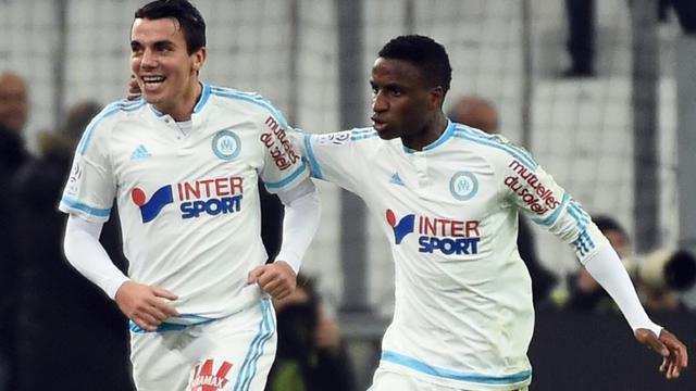 L'attaquant de l'OM Antoine Rabillard (g) fête son but égalisateur contre Lille, avec son coéquipier Bouna Sarr, le 29 janvier 2016 au Vélodrome [ANNE-CHRISTINE POUJOULAT / AFP]