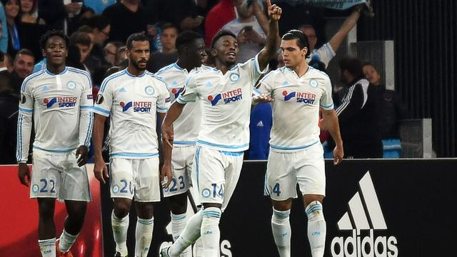 Le milieu de terrain marseillais Georges-Kévin Nkoudou (N.14), buteur contre Braga en Europa League, félicité par ses coéquipiers, au stade Vélodrome le 5 novembre 2015 [ANNE-CHRISTINE POUJOULAT / AFP]
