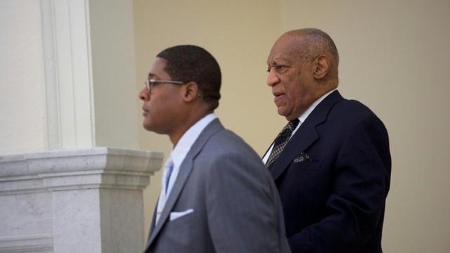 Bill Cosby (à droite) photographié le 5 avril 2018 à Norristown (Pennsylvanie) où son deuxième procès s'ouvre lundi [Mark Makela / POOL/AFP]