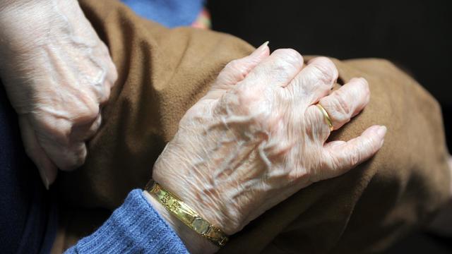 """Les deux victimes qui résident à l'établissement d'hébergement pour personnes âgées et dépendantes de Saint-Nicolas-de-Port ont été """"sauvagement"""" maintenues dans leur lit, a indiqué à l'AFP la direction de l'établissement [Eric Cabanis / AFP/Archives]"""