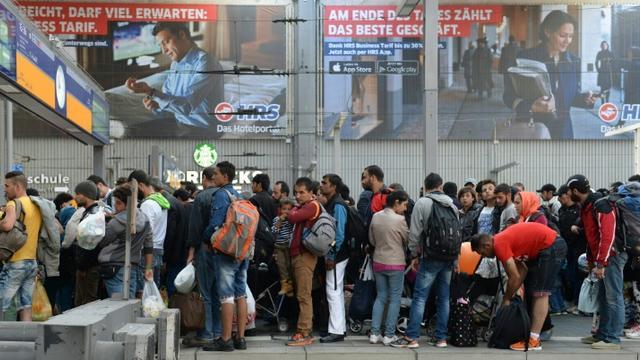 Des migrants attendent un train spécialement affreté pour eux en gare de Munich le 13 septembre 2015 [Christof Stache / AFP]