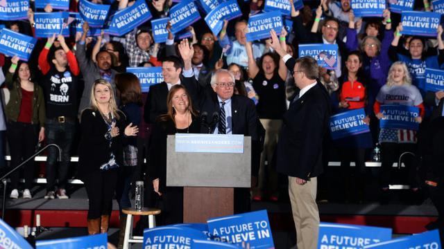 Le candidat à la primaire démocrate Bernie Sanders célèbre sa victoire à Concord, dans le New Hampshire, le 9 février 2016 [JEWEL SAMAD                          / AFP]