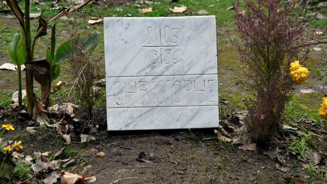 La tombe d'un des moines français assassinés durant la guerre civile en Algérie dans les années 1990, le 28 novembre 2018 au monastère de Tibéhirine, à environ 80 kilomètres d'Alger. [RYAD KRAMDI / AFP/Archives]