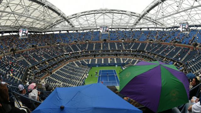 Le court central de l'US Open sous la pluie avant la finale entre Roger Federer et Novak Djokovic, le 13 septembre 2015 à New York [TIMOTHY A. CLARY / AFP]
