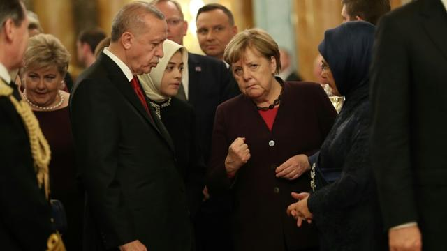 Le président turc Recep Tayyip Erdogan et la chancelière allemande Angela Merkel, pendant une réception à Londres à la veille du sommet de l'Otan le 3 décembre 2019 [Yui Mok / POOL/AFP]