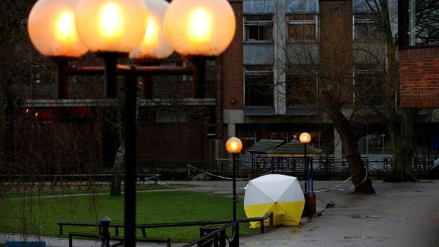 Le banc sur lequel ont été retrouvés inertes l'ex-espion russe Sergueï Skripal dans la ville anglaise de Salisbury, recouvert d'une tente de protection par la police, le 12 mars 2018 [Adrian DENNIS / AFP/Archives]