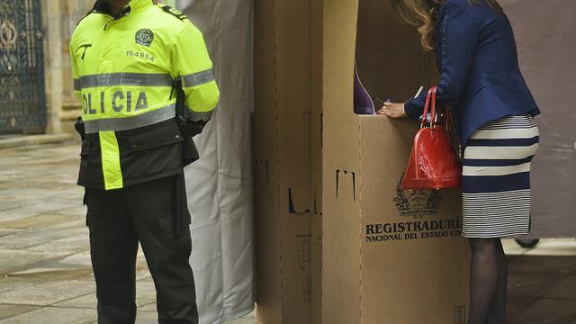 Une Colombienne s'apprête à voter pour des élections locales, à Bogota le 25 octobre 2015 [LUIS ACOSTA / AFP]
