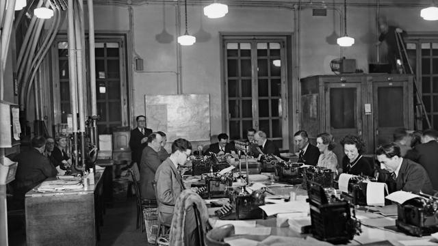 Des journalistes au siège de l'agence Havas en 1930 à Paris [- / -/AFP/Archives]