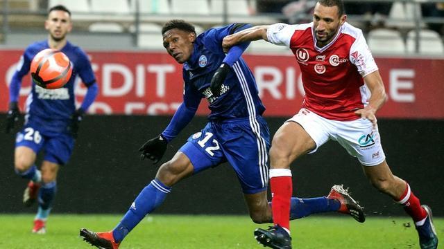 Le défenseur marocain de Reims Yunis Abdelhamid (d) à la lutte avec l'attaquant sud-africain de Strasbourg Lebo Mothiba, le 15 décembre 2018 à Reims  [FRANCOIS NASCIMBENI / AFP]