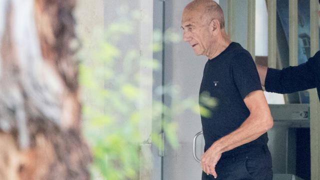 L'ancien Premier ministre israélien Ehud Olmert quitte la prison de Maasiyahu à Ramla, près de Tel-Aviv, le 2 juillet 2017 [JACK GUEZ / AFP]