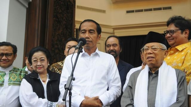 Le président indonésien Joko Widodo (C) et le candidat à la vice-présidence, le prédicateur conservateur Ma'ruf Amin (D) lors d'une conférence de presse à Jakarta le 18 avril 2019 [CITRA RAFINA AQILASAH / AFP]