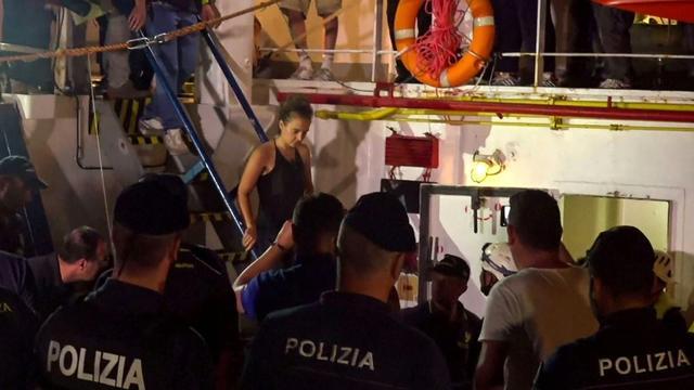 Carola Rackete, la capitaine allemande du navire humanitaire Sea-Watch, est arrêtée par la police italienne dans la nuit du 28 au 29 juin dans le port italien de Lampedusa, en Sicile. [Anaelle LE BOUEDEC / LOCALTEAM/AFP]