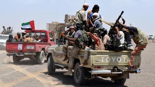 Des combattants fidèles au président Abedrabbo Mansour Hadi le 1er octobre  2015 près d'Aden [SALEH AL-OBEIDI / AFP]