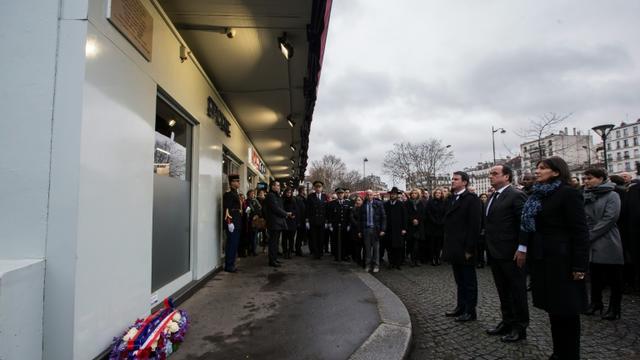 Le président Hollande, le Premier ministre Manuel Valls et la maire de Paris Anne Hidalgo, assistent à la cérémonie de dévoilement de la plaque devantl'Hyper Cacher à Paris, le 5 janvier 2016  [IAN LANGSDON / POOL/AFP]