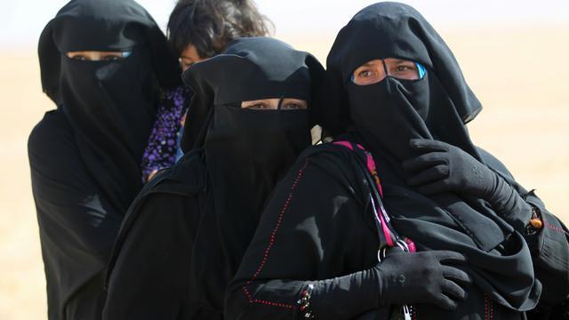 Des familles irakiennes en fuite le 18 octobre 2016 à Bajwaniyah, libéré par les forces gouvernementales irakiennes [AHMAD AL-RUBAYE / AFP]
