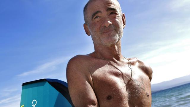 La nageur Thierry Corbalan, amputé des deux bras, vient de boucler un tour de Corse en 6 jours, le 22 septembre 2018 à Ajaccio [PASCAL POCHARD-CASABIANCA / AFP]