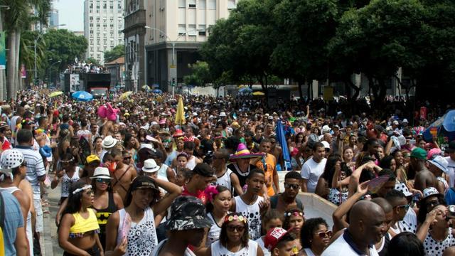 "Le ""bloco"" (défilé de rue) du Cordao da Bola Preta, dans le centre ville de Rio de Janeiro, le 6 février 2016 [VANDERLEI ALMEIDA / AFP]"