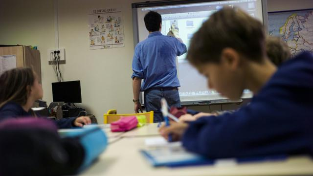 Un professeur utilise un tableau blanc tactile dans une école élémentaire parisienne, le 9 septembre 2014 [Fred Dufour / AFP/Archives]