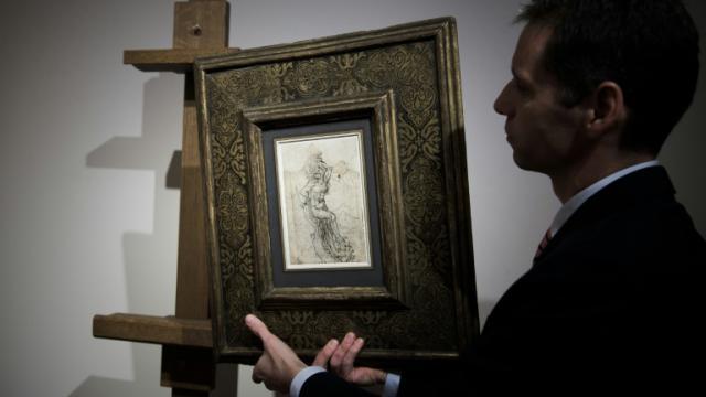 Un employé de la maison Tajan montre un dessin de Léonard de Vinci, évalué 15 millions d'euros, à Paris le 13 décembre 2016 [PHILIPPE LOPEZ / AFP/Archives]