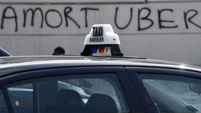 """Une inscription """"A mort Uber"""" sur un mur près de la Porte Maillot à Paris, le 25 juin 2015 [LOIC VENANCE / AFP/Archives]"""
