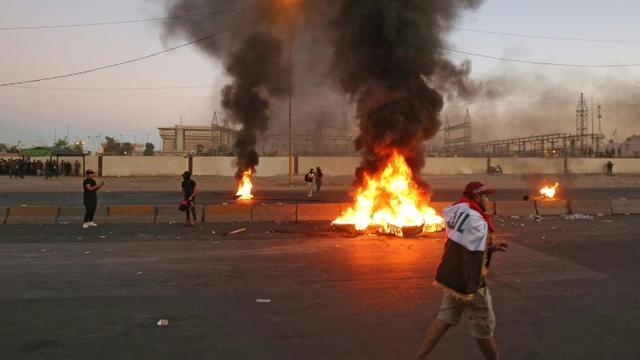 Des manifestants irakiens brûlent des pneus à Bagdad le 4 octobre 2019  [AHMAD AL-RUBAYE / AFP]