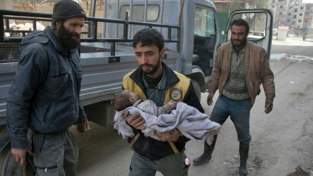 Des Syriens fuient la ville de Beit Sawa, dans la Ghouta orientale, après des bombardements du régime, le 4 mars 2018 [ABDULMONAM EASSA / AFP]