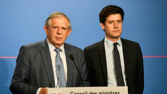 Le ministre de la Cohésion des territoires Jacques Mézard et le secrétaire d'Etat auprès du ministre, Julien Denormandie, à l'Elysée, le 18 juillet 2018 [Bertrand GUAY / AFP]