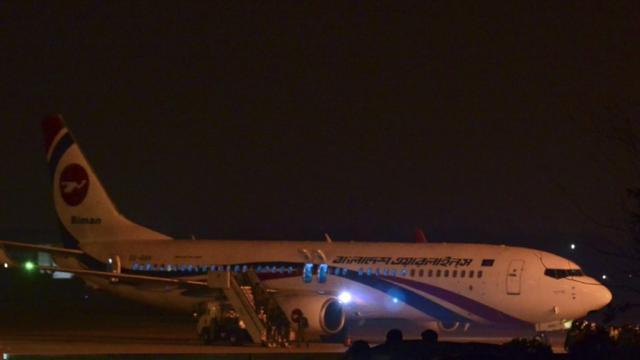 Un avion en partance du Bangladesh à destination de Dubai qui a fait l'objet d'une tentative de détournement, stationnée sur l'aéroport de Chittatong au Bangladesh le 24 février 2019 [STR / AFP]