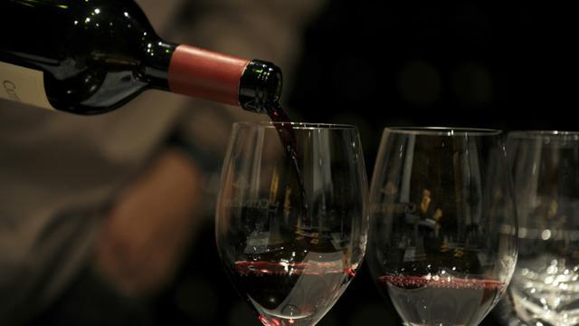 Beaucoup de pays sont trop laxistes avec l'alcool, émettant des recommandations de santé publique qui exposent les consommateurs à un risque important, ont affirmé vendredi des chercheurs dans une étude publiée par The Lancet [ALEJANDRO PAGNI / AFP/Archives]