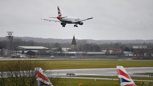 Un avion de British Airway atterrit l'aéroport de Gatwick à Londres, le 21 décembre 2018 [Ben STANSALL / AFP]