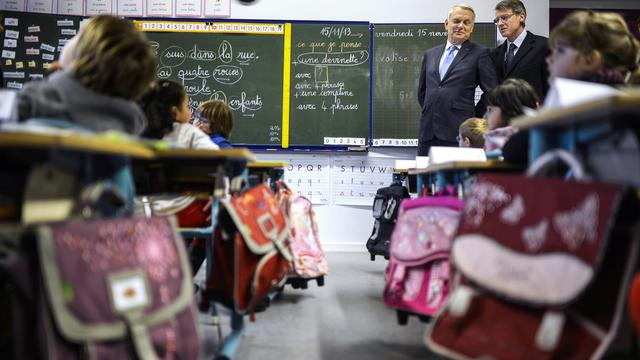 Jean-Marc Ayrault et Vincent Peillon en visite le 15 novembre 2013 à l'école Danielle Gouze-Mitterrand à Cluny  [Jeff Pachoud / AFP/Archives]
