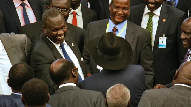 Le chef rebelle Riek Machar (g) et le président du Soudan du Sud, Salva Kiir (c, avec le chapeau), le 17 août 2015, à Addis Abeba [- / AFP]