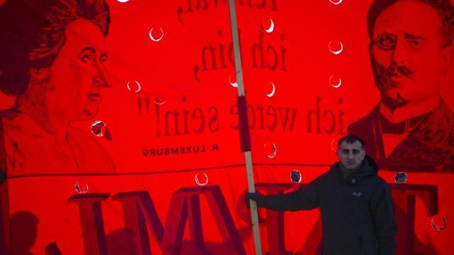 Une banderole représentant Rosa Luxemburg et Karl Liebknecht, le 15 janvier 2012 à Berlin [Odd ANDERSEN / AFP/Archives]