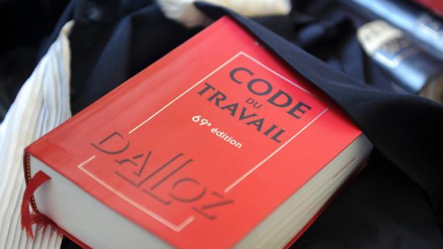 Présentation d'un exemplaire du Code du Travail, le 24 mai 2012 [Fred Tanneau / AFP/Archives]