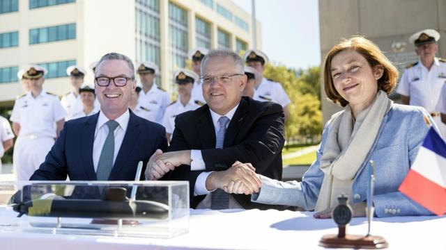 Photo du département de la Défense australien du Premier ministre australien Scott Morrison (c) avec le  ministre de la Défense Christopher Pyne (g) et la ministre française de la Défense Florence Parly, le 11 février 2019 saluant la signature d'un contrat [Jay CRONAN / AUSTRALIA DEPARTMENT OF DEFENCE/AFP]