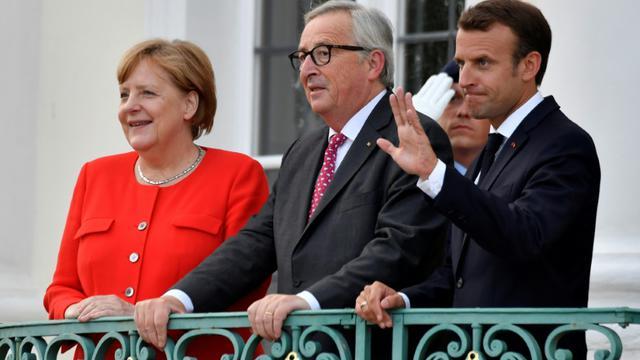 (g-d) La chancelière allemande Angela Merkel, le président de la Commission européenne Jean-Claude Juncker et le président français Emmmanuel Macron, le 19 juin 2018 au palais de Meseberg [John MACDOUGALL / AFP]