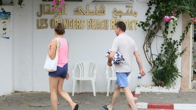Des touristes britanniques devant un complexe hôtelier à Hammamet en Tunisie  [ANIS MILI / AFP]